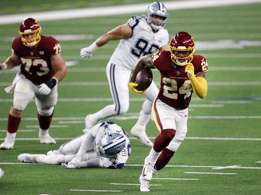 Washington running back Antonio Gibson (24) breaks away for an easy fourth-quarter touchdown run against the Cowboys at AT&T Stadium in Arlington on Thursday, Nov. 26, 2020.