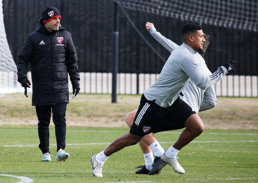 El técnico del FC Dallas, Luchi González, observa uno de los entrenamientos del equipo que el sábado 29 de febrero abre la temporada de la MLS en el Toyota Stadium de Frisco ante el Union de Filadelfia.