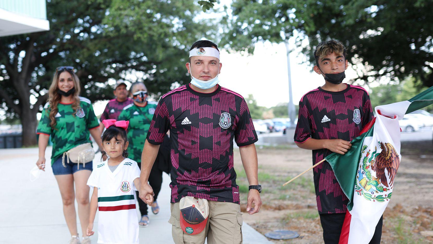 Seguidores de la selección mexicana arriban al Cotton Bowl de Dallas para ver el juego entre el Tri y Guatemala, el 14 de julio de 2021.