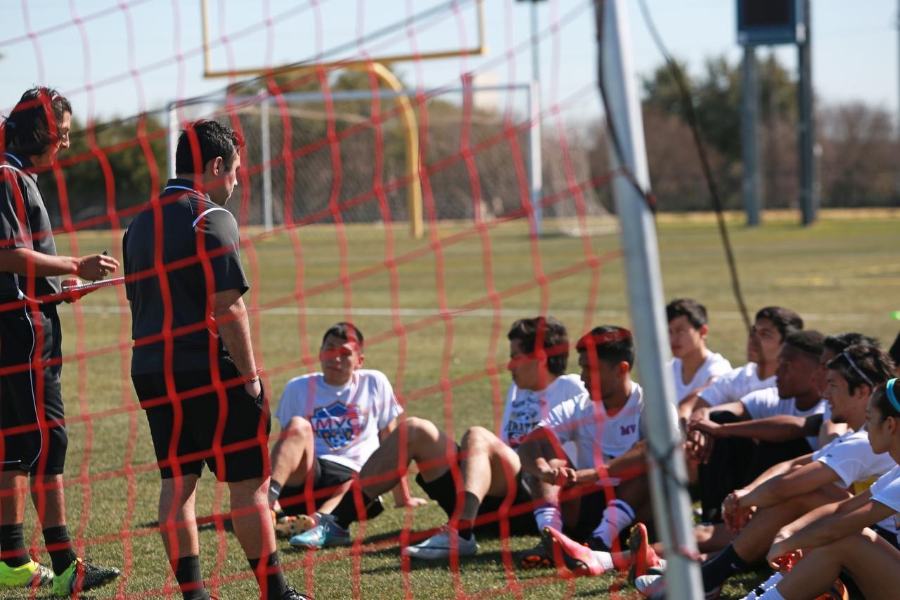 El director técnico Bardia Namdarkhan platica con el equipo de futbol de Mountain View College durante una práctica el martes. (ESPECIAL PARA AL DÍA/OMAR VEGA)
