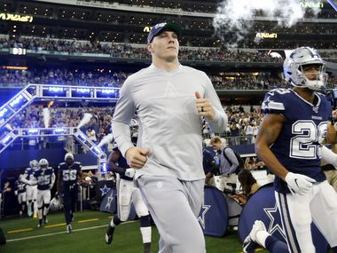 Injured Dallas Cowboys outside linebacker Leighton Vander Esch (55) runs onto the field during pregame introductions at AT&T Stadium in Arlington, Texas, Sunday, December 15, 2019. The Cowboys were facing the Los Angeles Rams. (Tom Fox/The Dallas Morning News)
