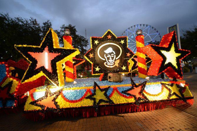 El Starlight Parade hace un recorrido por la feria todas las noches a partir de las 7:15 p.m.