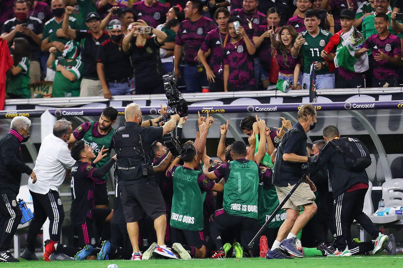 Los jugadores de selección mexicana rodearon a Jonathan dos Santos para celebrar el gol del triunfo ante Canadá en la semifinal de la Copa Oro, el 29 de julio de 2021 en el NRG Stadium de Houston. (Foto/Omar Vega)