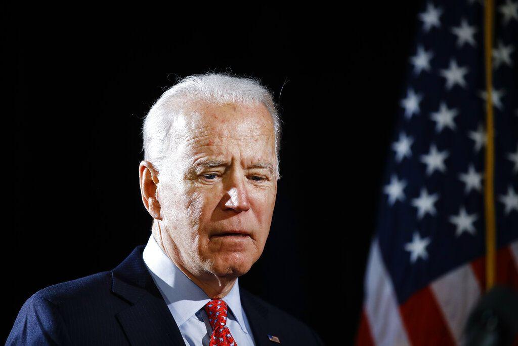 En esta imagen de archivo, tomada el 12 de marzo de 2020, el candidato demócrata a la presidencia de Estados Unidos, el exvicepresidente Joe Biden, llega a una charla sobre coronavirus en Wilmington, Delaware.