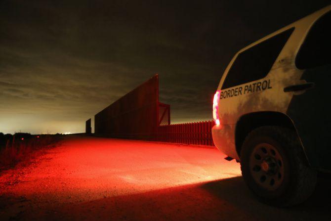 Una patrulla fronteriza se detiene cerca de la valla que separa México de Texas en La Joya.