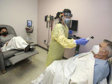 Dos pacientes en Victorville, California, reciben tratamiento con Regeneron. Dos centros en Irving y Fort Worth están dando estas infusiones a pacientes con covid-19 que reúnan ciertas condiciones. Y es gratuito.