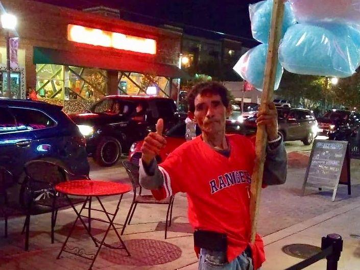 """Leobardo Torres Sánchez era conocido en la zona de Deep Ellum como el """"Cotton Candy Man"""", pues era común verlo vendiendo por las noches afuera de los restaurantes de la zona."""