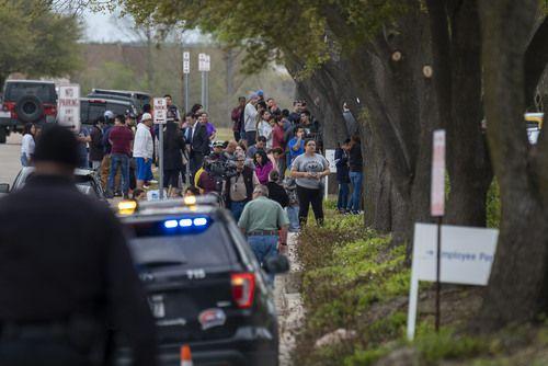 Decenas de personas se aglomeraron en las afueras de CVE Group, en Allen, donde 280 indocumentados fueron arrestados. SMILEY POOL/DMN