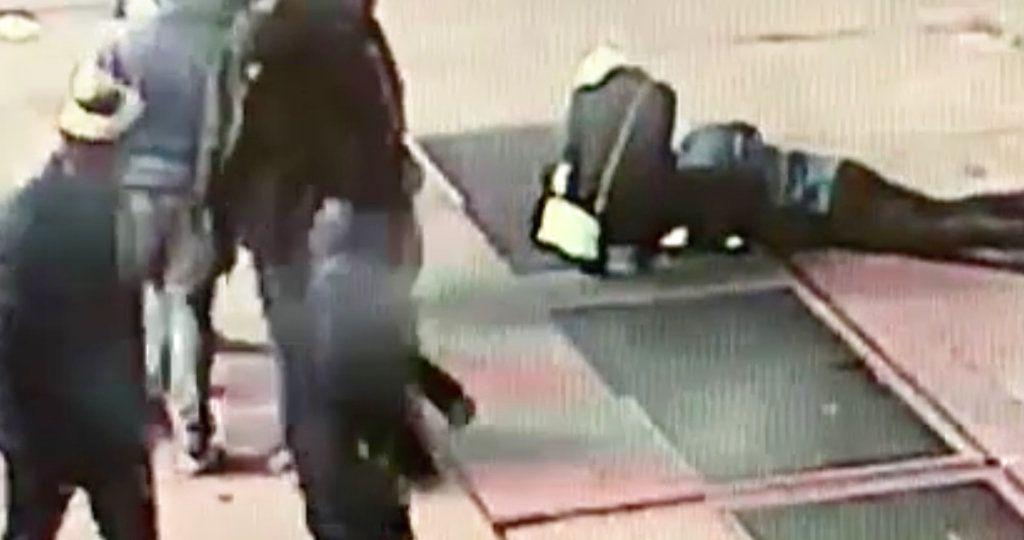 En esta imagen tomada de un video de vigilancia del 30 de noviembre de 2018 proporcionada por el Departamento de Policía de Nueva York, un hombre intenta recuperar un anillo de compromiso que cayó por una alcantarilla en Times Square de Nueva York. (NYPD vía AP)