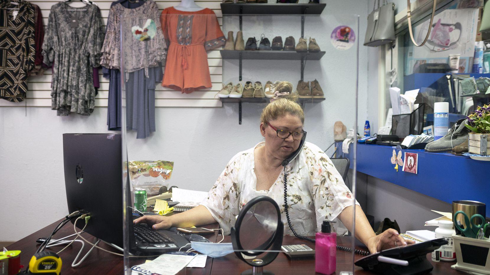 Mayra García de Hispano Services and Travel y MEC Fashion habla con un cliente el 16 de junio de 2021. La Cámara de Comercio Hispana de Grand Prairie busca apoyar a pequeños y medianos negocios, tanto hispanos como no hispanos, con servicios de capacitación y guía profesional.