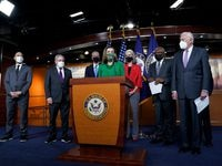 La líder de la Cámara de Representantes Nancy Pelosi (centro) reunió a compañeros del partido demócrata el viernes para impulsar la aprobación del paquete de estímulo económico.