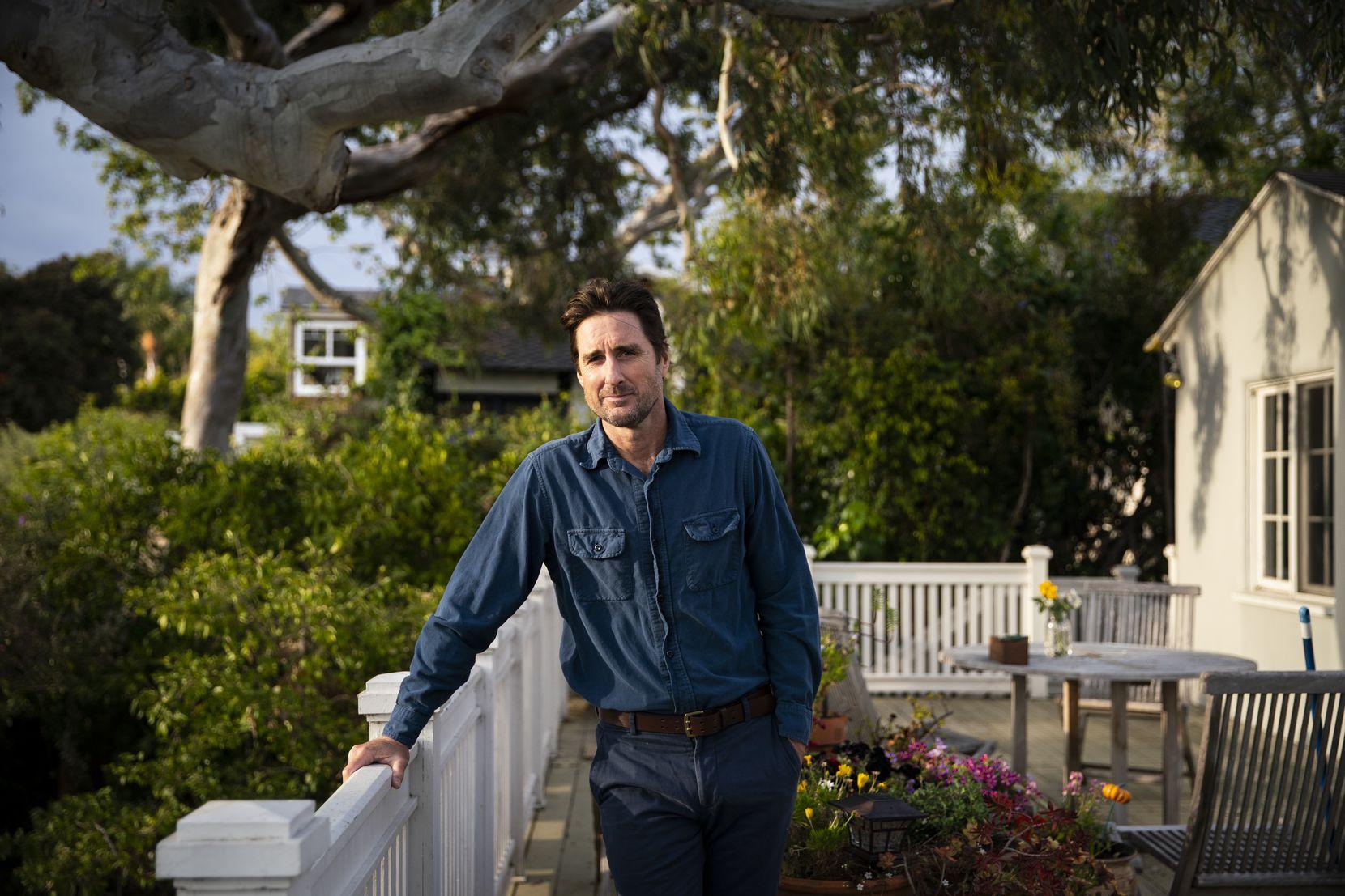 Lūks Vilsons aprīlī pozē fotogrāfijā savās mājās Santa Monikā.
