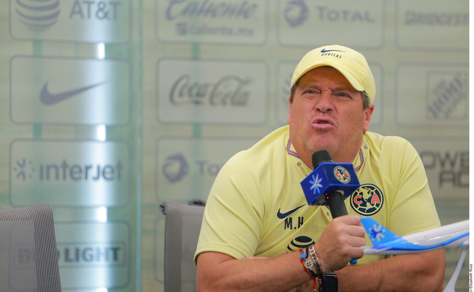 Miguel Herrera, técnico del América, aseguró que si dejara a las Águilas, no podría irse a dirigir a las Chivas porque su imagen está muy identificada con el cuadro azulcrema.