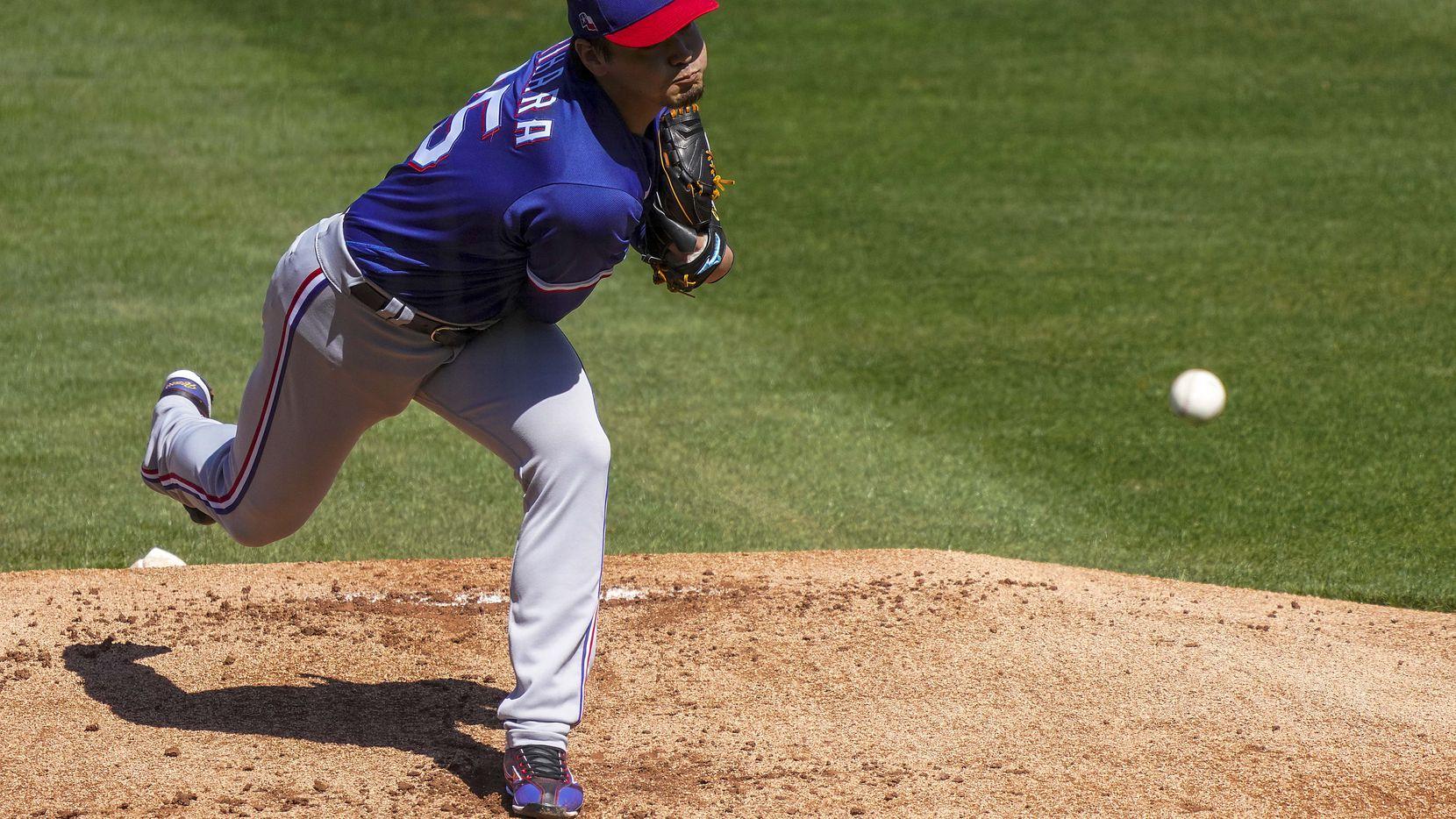 Kohei Arihara lanza una bola en la primera entrada en partido de los Rangers de Texas ante los Cubs de Chicago.