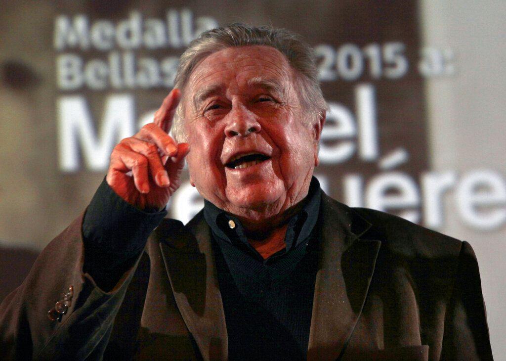 En esta fotografía de archivo del 20 de febrero de 2016 el pintor mexicano Manuel Felguérez charla al recibir la Medalla Bellas Artes en el Palacio de Bellas Artes de la Ciudad de México. Felguérez falleció a los 91 años, informó la Secretaría de Cultura de México el 8 de junio de 2020.