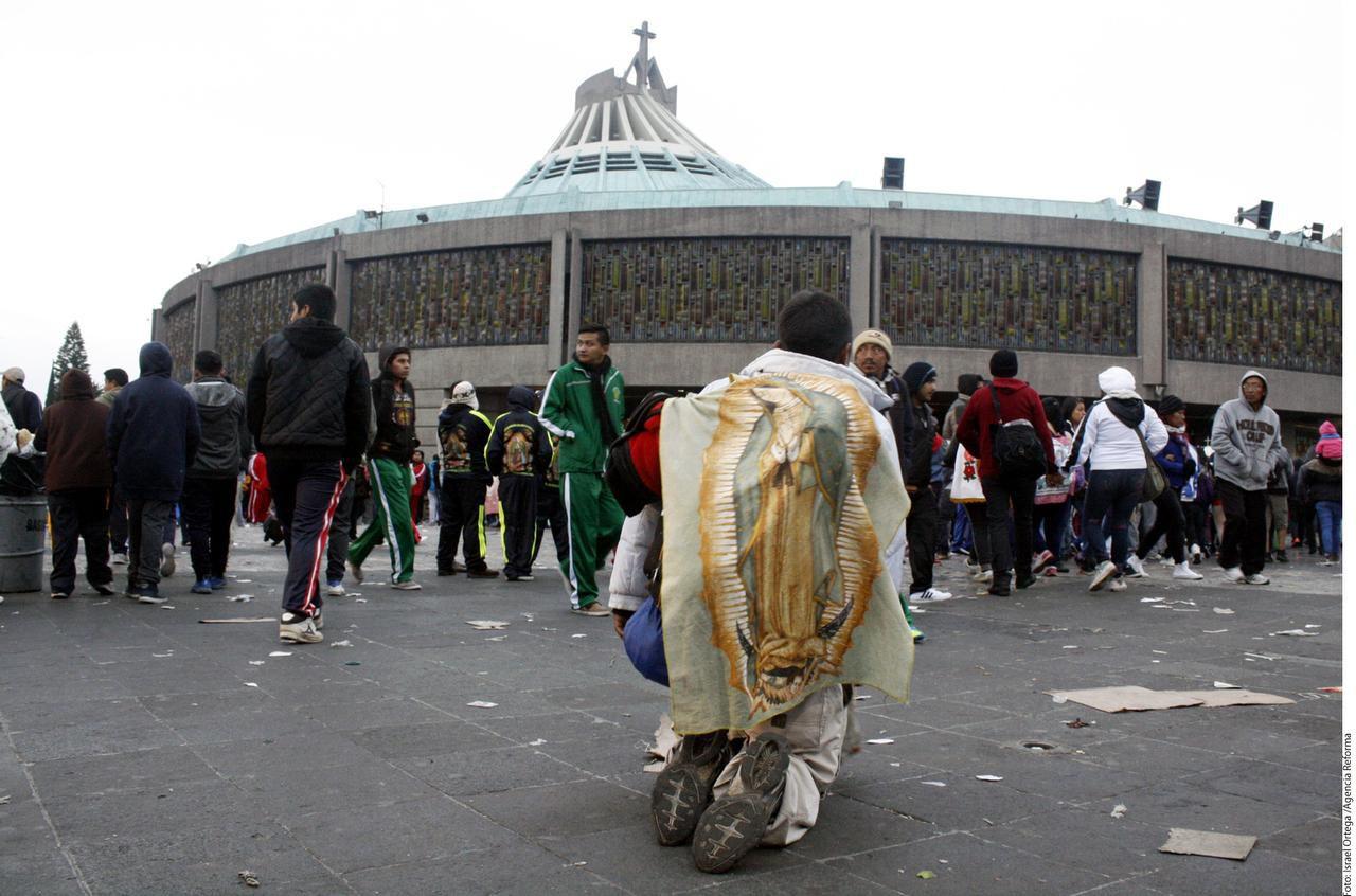 Un peregrino se hinca al llegar el domingo a la Basílica de Guadalupe en la Ciudad de México.(AGENCIA REFORMA)