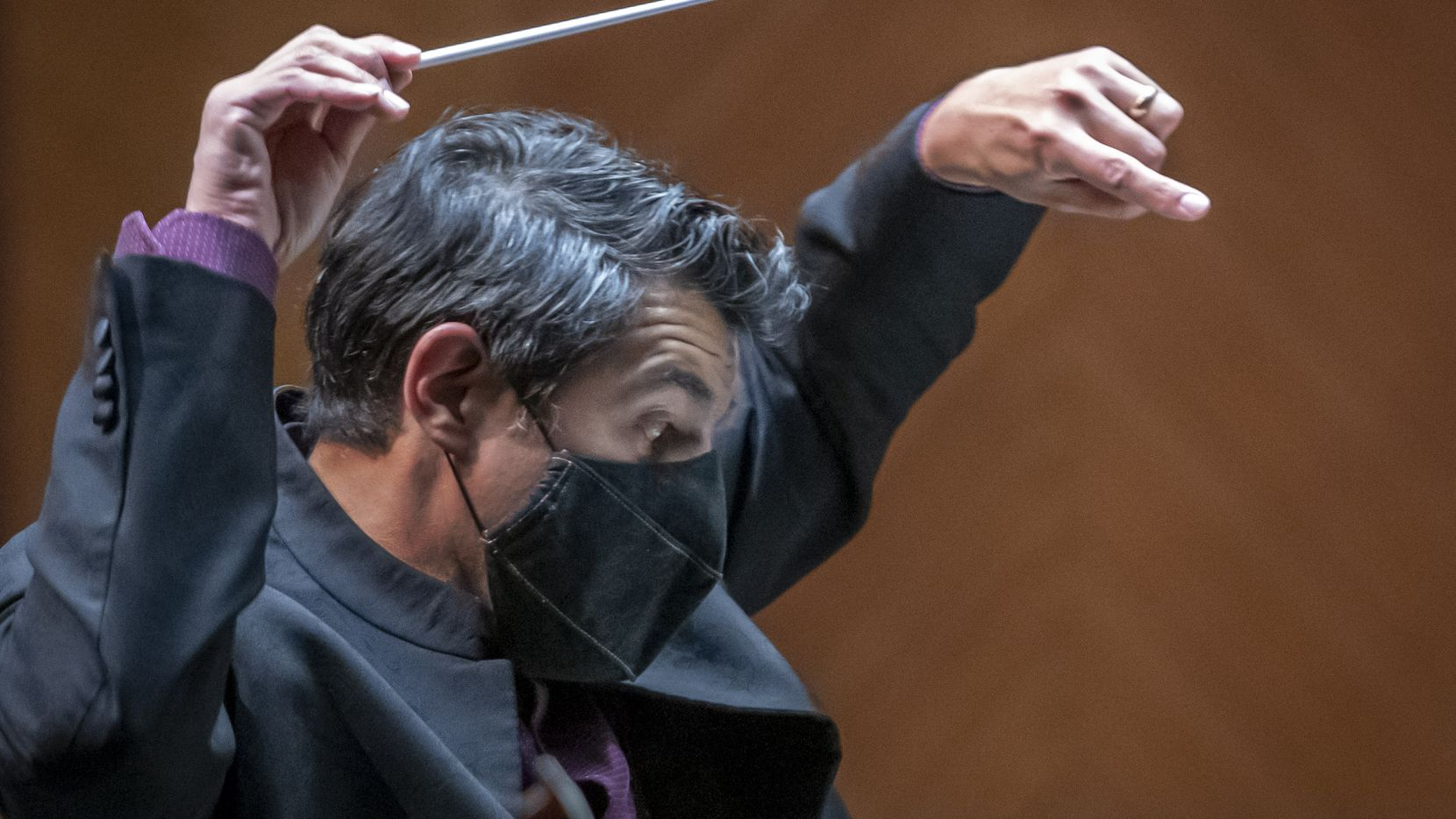 """Miguel Harth-Bedoya conducts the Fort Worth Symphony Orchestra in the world premiere of Víctor Agudelo's """"Algo Va a Suceder"""" at Bass Performance Hall in Fort Worth on Oct. 8."""