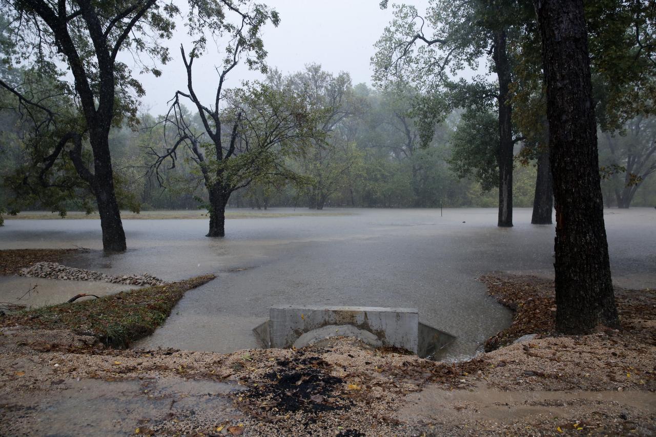 El White Rock Trail cerca de W. Lawther Drive se encuentra sumergido por la lluvia. (ROSE BACA)