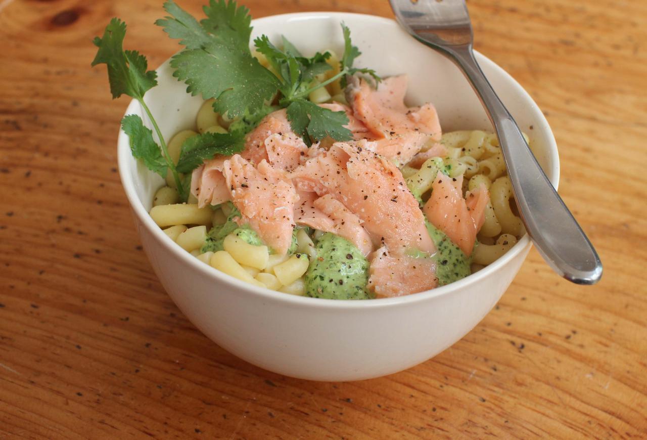 Ensalada de pasta y salmón, con una salsa de cilantro. (AP/MATTHEW MEAD)