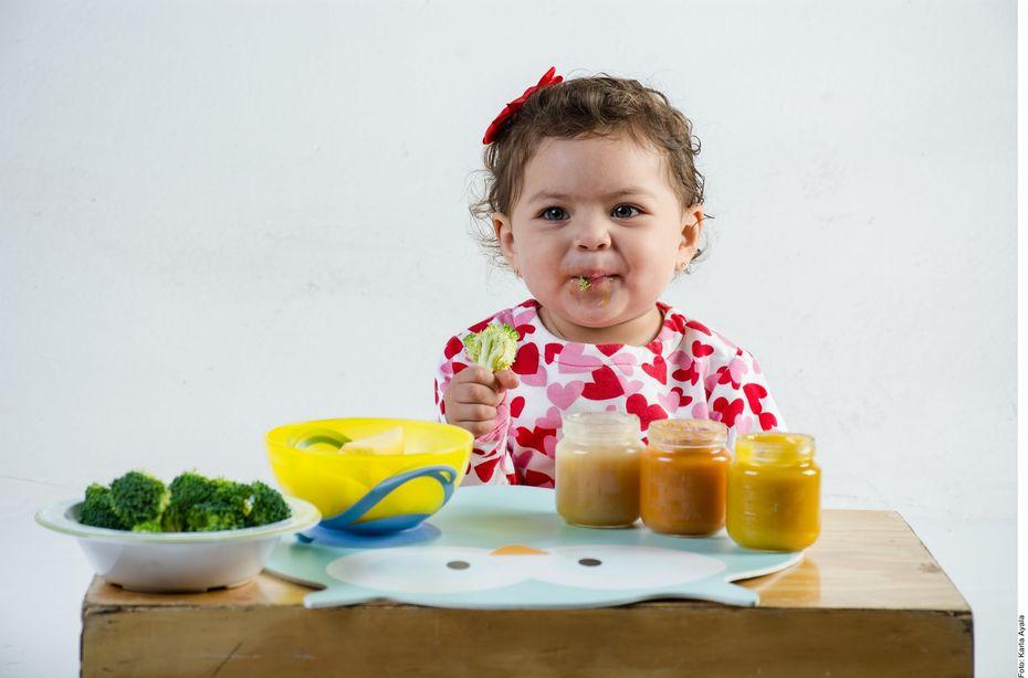 De acuerdo con la Academia Americana de Pediatría, a partir de los seis meses, los bebés deben incorporar sólidos –fruta, proteína, vegetales y granos–, a su dieta.