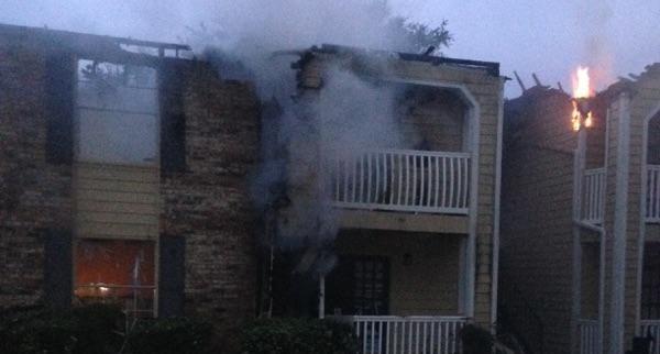 Un incendio en Irving destruyó 16 apartamentos. Los bomberos sospechan que la causa fue un rayo. (Cortesía/Familia Agüero)