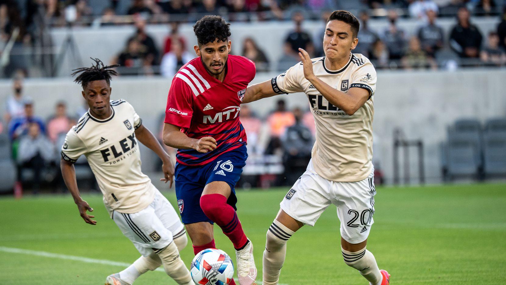 El delantero del FC Dallas, Ricardo Pepi, pasa por en medio de dos jugadores del LAFC en el partido del 23 de junio en Los Ángeles,