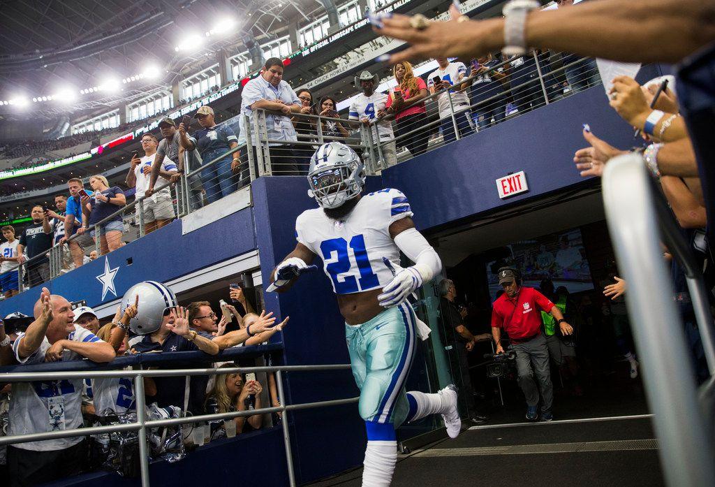 El corredor de los Cowboys de Dallas, Ezekiel Elliott,  entra al campo para calentarse antes de un juego contra Giants de Nueva York , el 8 de septiembre de 2019 en el AT&T Stadium de Arlington. (Ashley Landis / The Dallas Morning News)