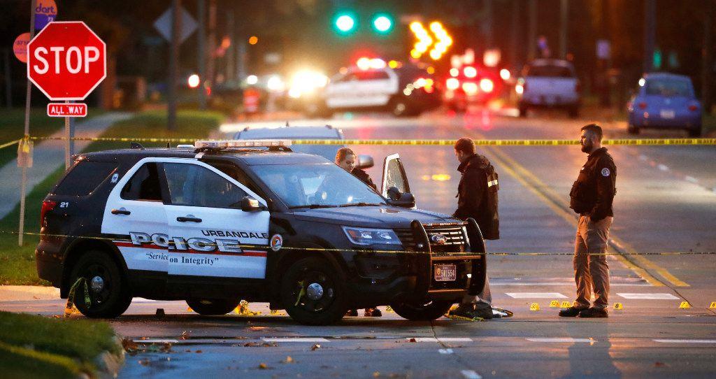 Oficiales investigan la escena de un tiroteo, el miércoles en Urbandale, Iowa. (CHARLIE NEIBERGALL/AP)