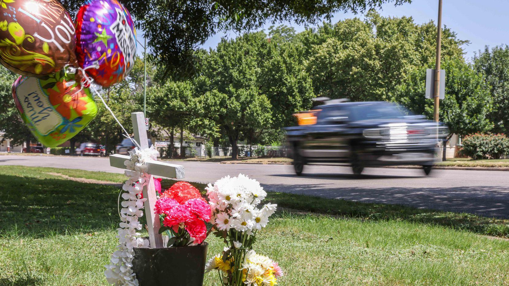 Unas flores y globos recuerda a Armando Leila Esparza, un jardinero que fue atropellada mientras cortaba el césped en Oak Cliff. El conductor responsable fue apresado.