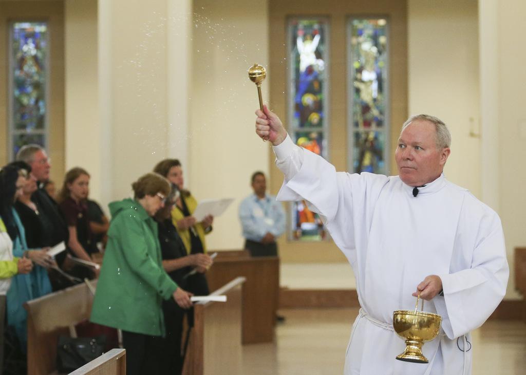 El obispo Edward J. Burns anunció que se divulgarán los nombres de los curas que tengan acusaciones creíbles de abuso la semana pasada. La diócesis busca restaurar la confianza de sus fieles. (DMN/RYAN MICHALESKL)
