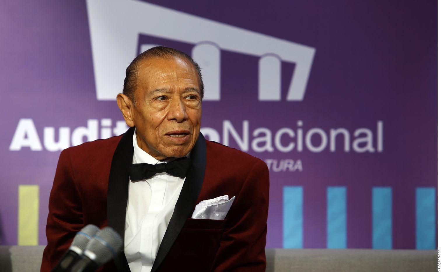 Andrés Terrones, el único miembro fundador de La Sonora Santanera que sobrevivía, murió ayer a los 87 años por complicaciones de diabetes, y no de Covid-19, explicó el mánager del grupo, Gilberto Navarrete.