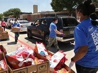 Distribución de alimentos en Bowman Middle School de Plano.