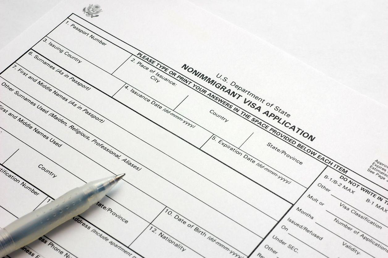Formulario de la solicitud para un trámite migratorio. iStock.