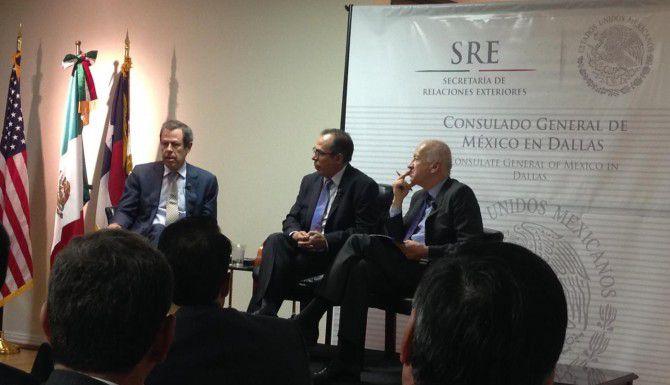 Ex embajador de México a la ONU Enrique Berruga (izq.) participa en una conferencia sobre relaciones México-Estados Unidos el jueves en el consulado mexicano en Dallas. (AL DÍA/KARINA RAMÍREZ)
