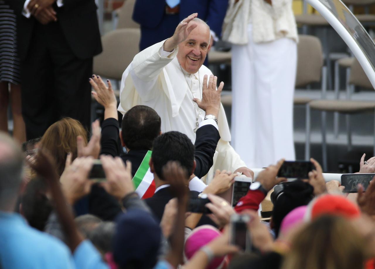 El papa Francisco saluda a una multitud durante su paso por Filadelfia a finales de septiembre. (AP/JIM BOURG)