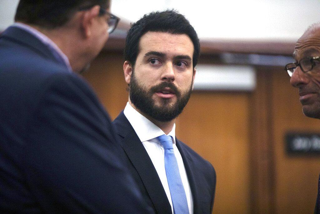 El actor mexicano Pablo Lyle, en el centro, habla con sus abogados durante una audiencia en Miami el 15 de enero de 2020. Lyle está acusado de golpear fatalmente a un hombre durante un incidente vehicular en Miami el año pasado. Una jueza ratificó el miércoles el inicio de su juicio para marzo de 2021.