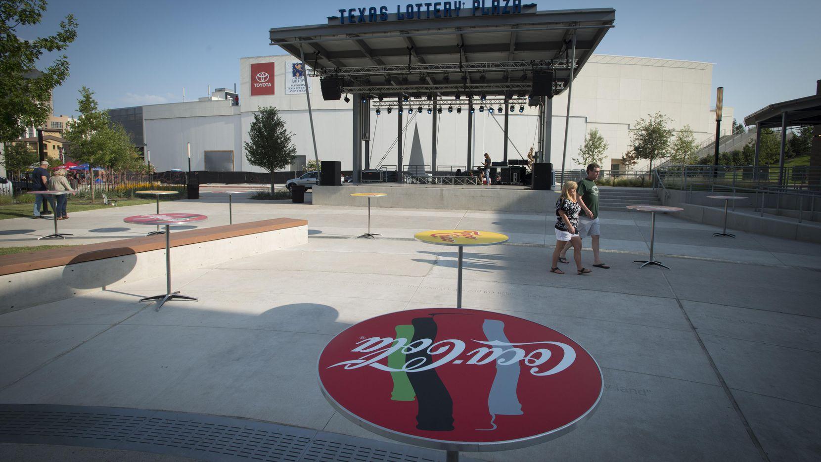 Demandantes afirman que la Texas Lottery Plaza no fue construida como se debía y, como consecuencia, hay menos espacio, y menos estacionamientos (DMN/ROBERT W. HART)