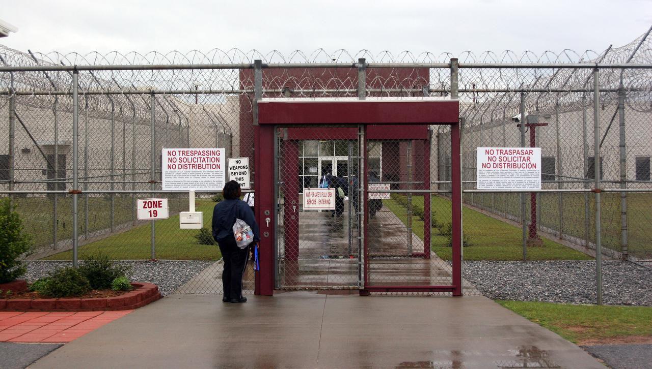El centro de detención Stewart, en Georgia, es uno de los seis destacados en un reporte de organizaciones proderechos humanos, el cual alega que el sistema de inspecciones de ICE se hace de la vista gorda ante abusos. (AP/ARCHIVO)