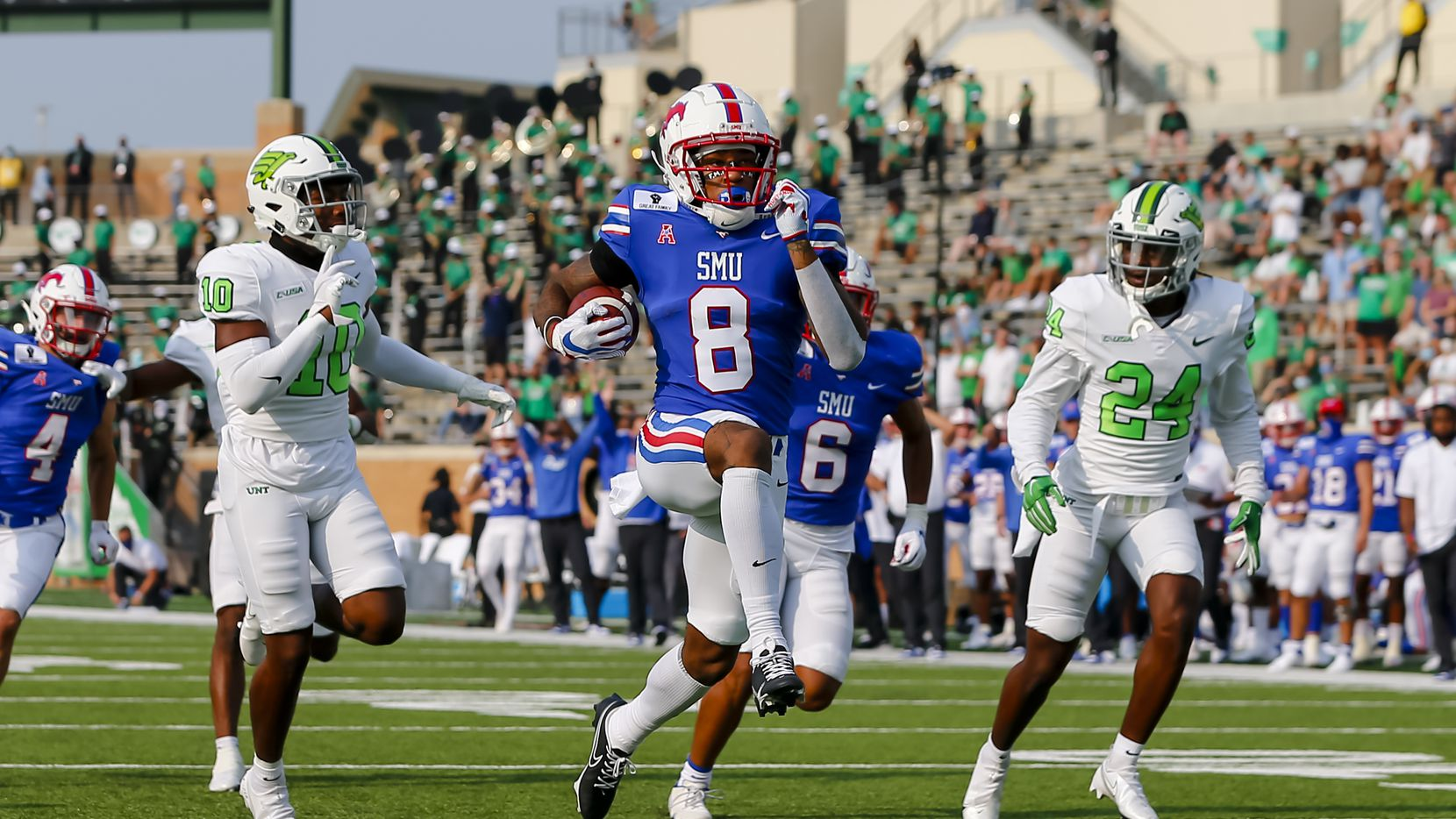 DENTON, TX - SEPTEMBER 19: Southern Methodist Mustangs wide receiver Reggie Roberson Jr. (8) scores a touchdown during the game between the North Texas Mean Green and the Southern Methodist Mustangs on September 19, 2020 at Apogee Stadium in Denton, Texas. (Photo by Matthew Pearce/Icon Sportswire via Getty Images)