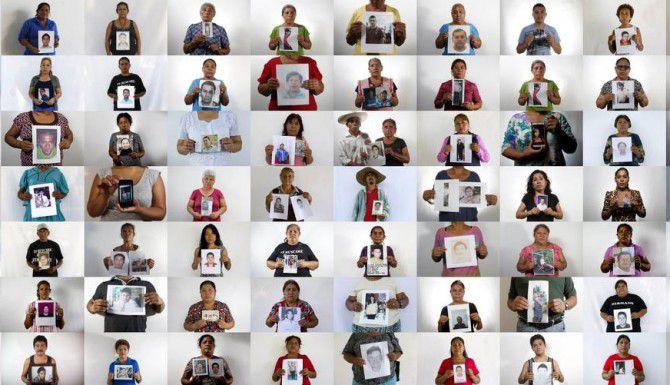 Imágenes de varias personas con la fotografía de algún famliar desaprecido. La desaparición de 43 estudiantes en Ayotzinapa ha provocado que varios otros casos salgana a la luz. (AP/DARÍO LÓPEZ-MILLS)