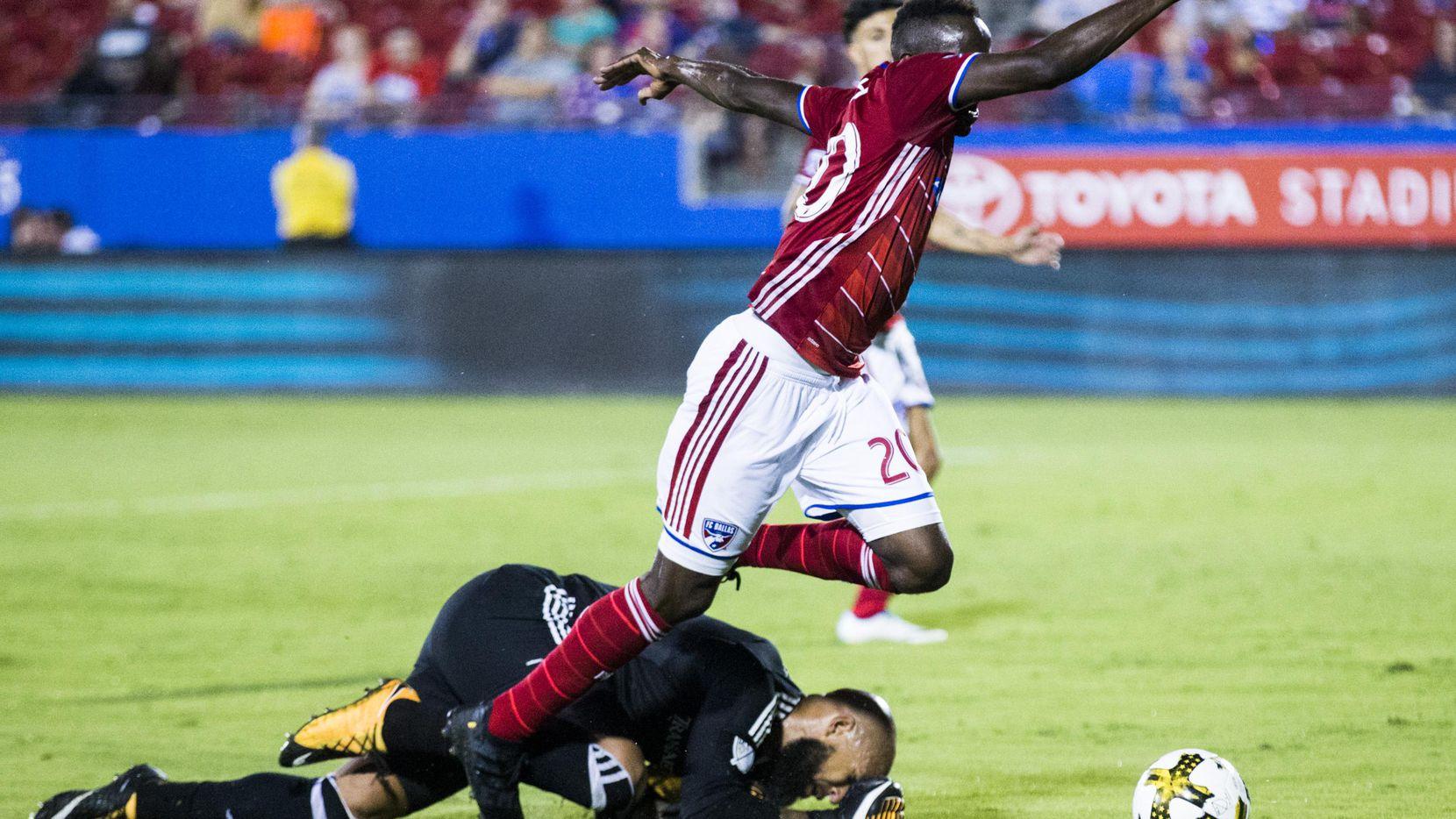 Ronald Lamah, delantero del FC Dallas es derribado por el portero Tim Howard del Colorado Rapids, en su partido de la MLS el miércoles por la noche. (DMN/ASHLEY LANDIS)