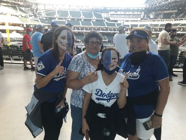Familia de Riverside, California que llegó al Globe Life Field de Arlington para ver a sus Dodgers de Los Angeles jugar en contra de los Tampa Bay Rays en el primer juego de la Serie Mundial, el 20 de octubre de 2020. De izquierda a derecha: Ivette Mezzanatto, Margarita Asencio, Mía Mezzanatto y Leticia Mezzanatto.