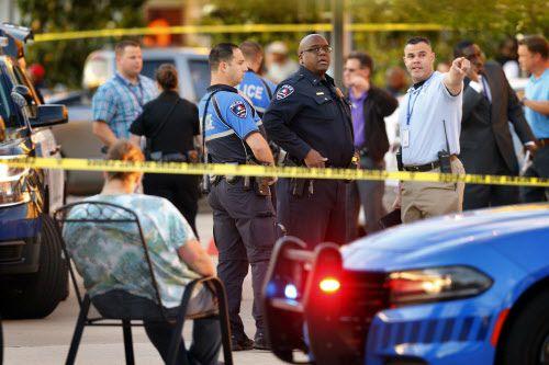 La policía de Arlington investiga el tiroteo en el que dos personas murieron en el Sports Bar Zona Caliente, en Arlington. Foto: TOM FOX/DMN