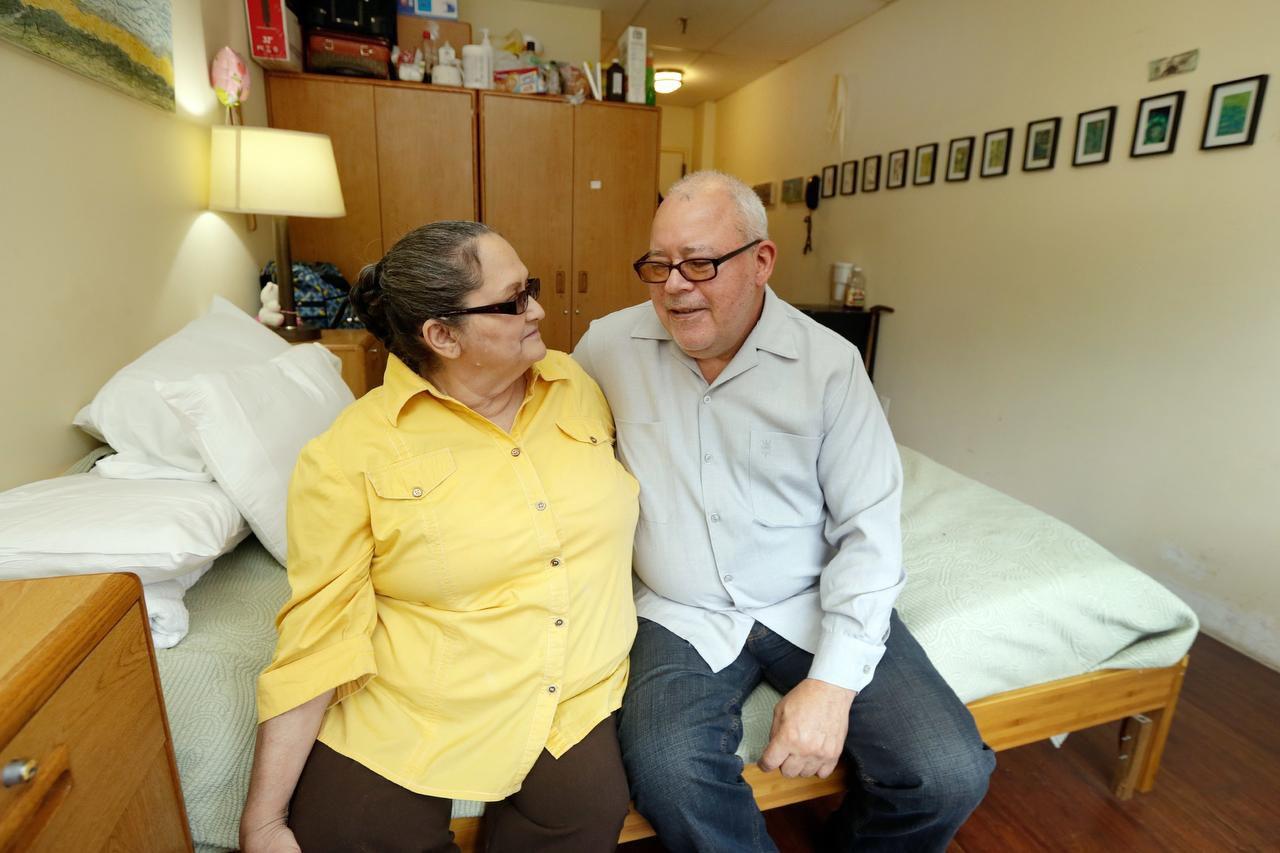 Ricardo Ramírez y su esposa Carmen en una casa para adultos mayores en el Bronx, Nueva York, donde viven desde que una serie de emergencias les hizo perder el departamento que habían comprado. (AP/RICHARD DRES)