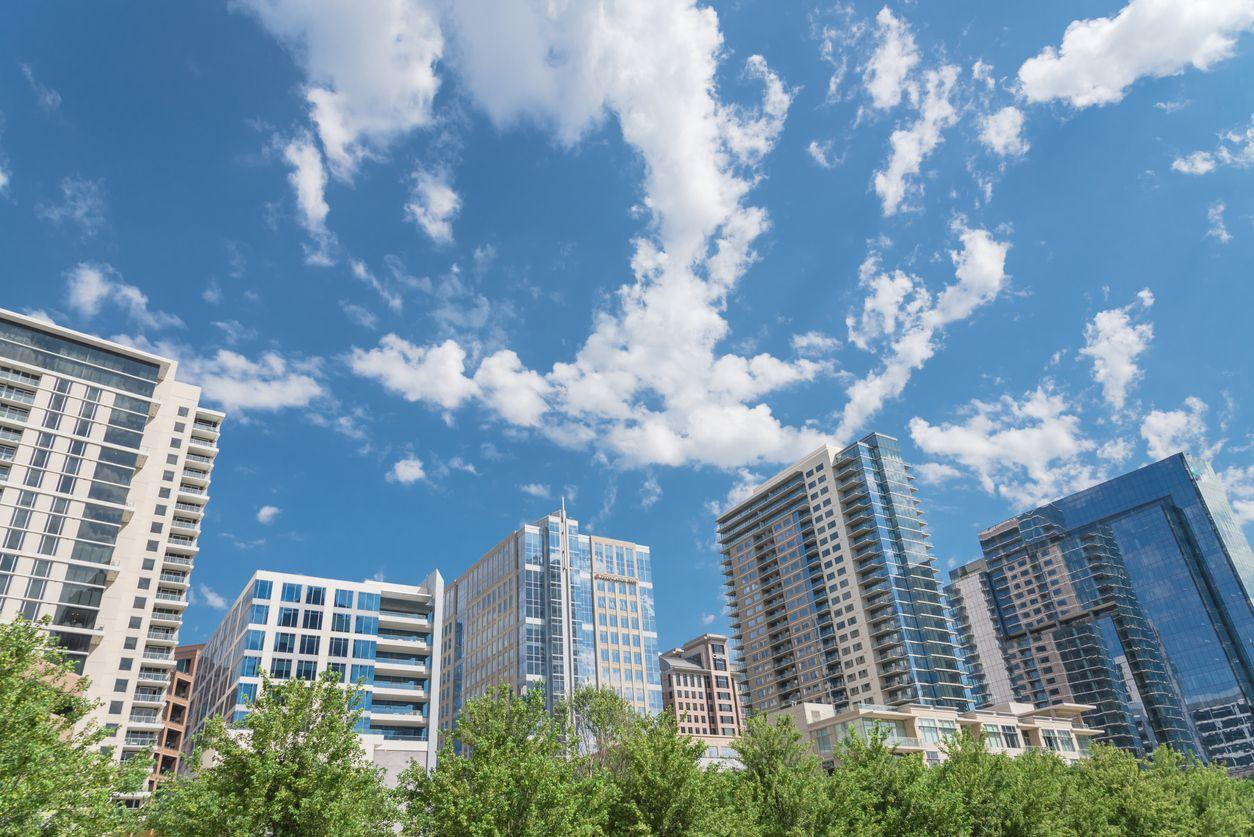 Nubes se acumulan sobre el centro de Dallas.