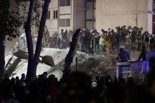 Rescatistas buscando a personas atrapadas en los restos de un edificio derruido en el vecindario de Piedad Narvarte en Ciudad de Mëxico. Foto AP