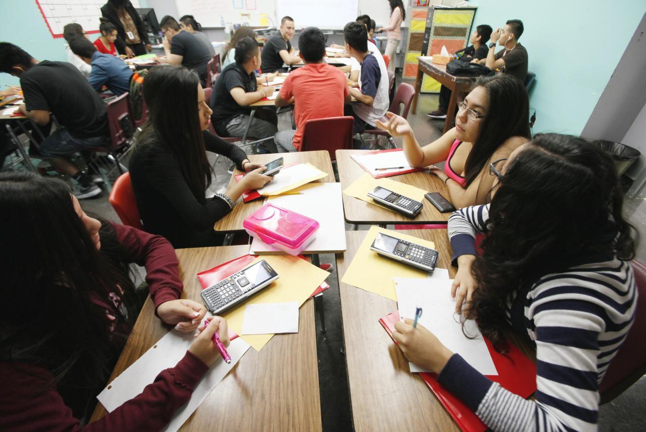 Un grupo de estudiantes trabaja en un problema de álgebra durante una clase en lenguaje dual en la preparatoria Sunset. (ESPECIAL PARA AL DÍA/BEN TORRES)