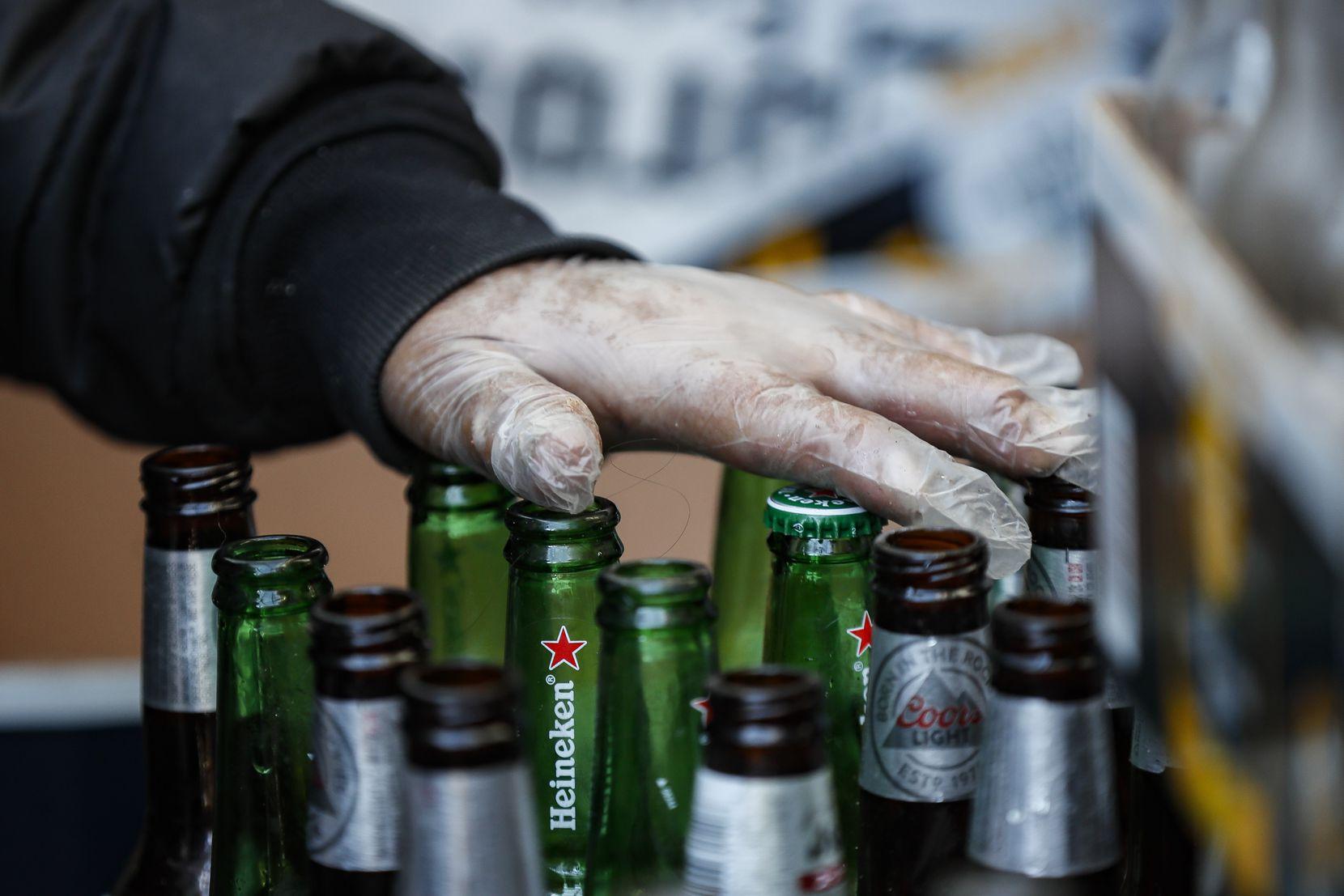 Josefa Teco organiza botellas en Sure We Can, un centro de recepción sin ánimo de lucro en Brooklyn, el jueves 27 de febrero de 2020, en Nueva York. (AP Foto/John Minchillo)