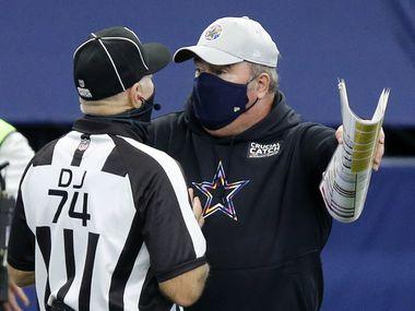 El entrenador en jefe de los Dallas Cowboys, Mike McCarthy, discute con un oficial durante el partido  contra los Cleveland Browns, el 4 de octubre de 2020en el AT&T Stadium de Arlington.