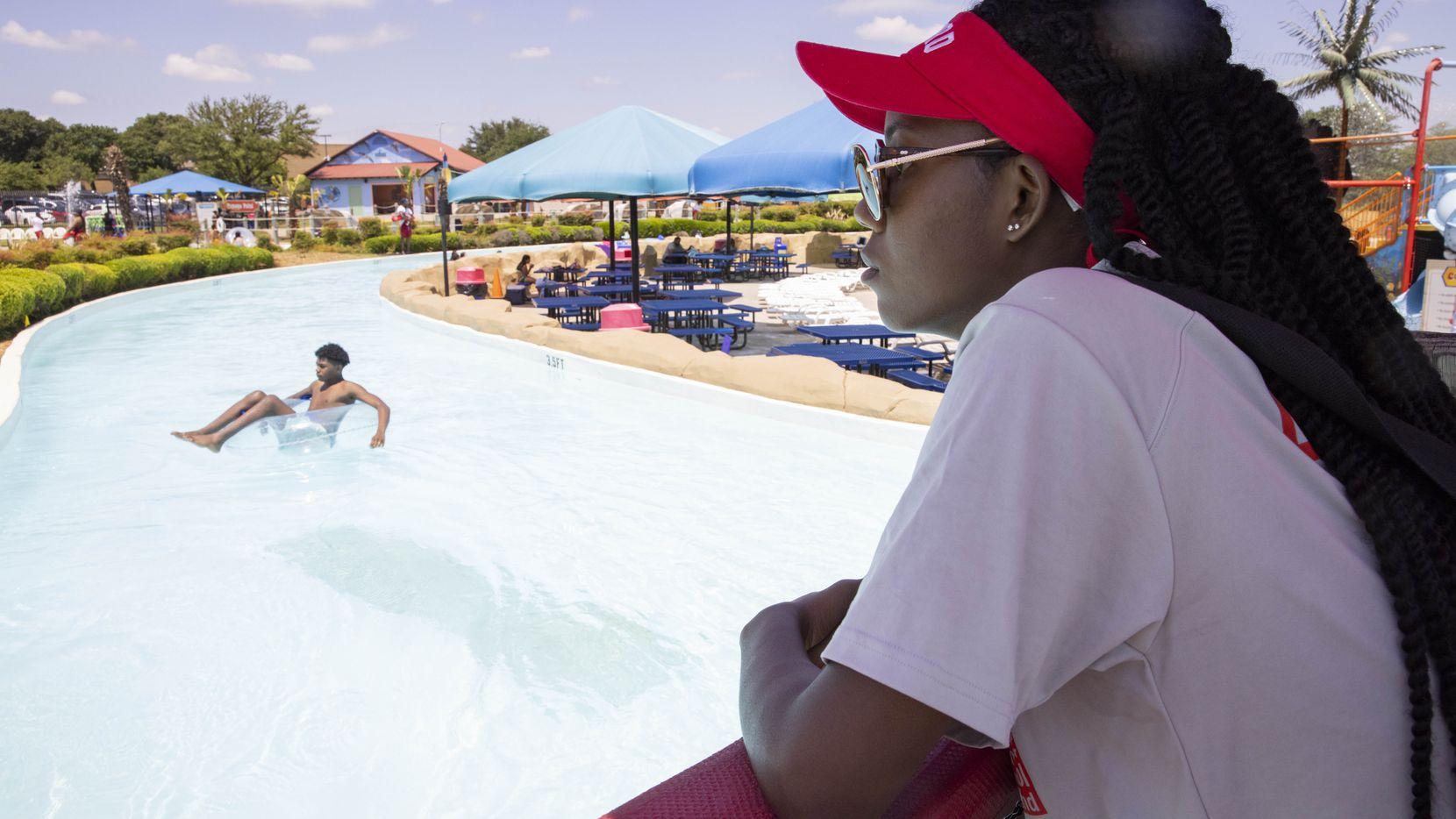 Bahama Beach Waterpark en Dallas tendrá acceso gratuito para adolescentes en el mes de julio.
